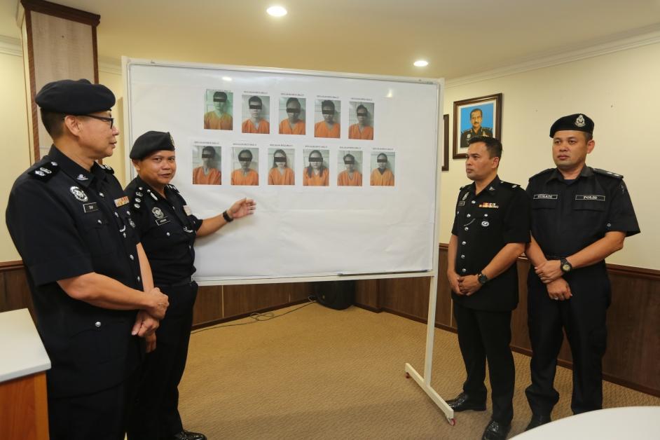 落网的11名男女,被警方扣查至8月25日。