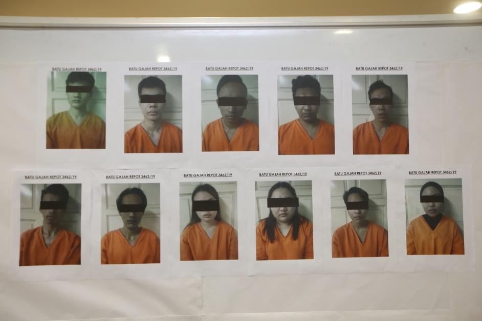 落网男女被警方援引欺骗案调查。