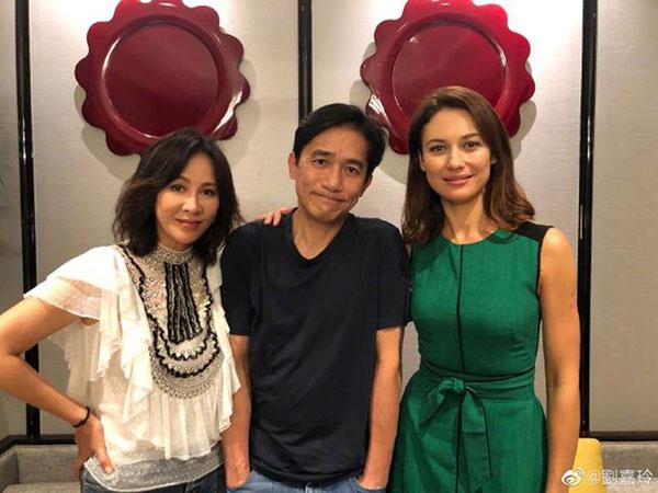 刘嘉玲(左起)及梁朝伟与邦女郎欧嘉瑞兰寇一起合照。