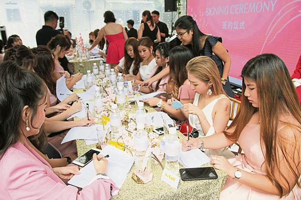 全国各地的美女俊男经销商,盛装打扮出席签约仪式。