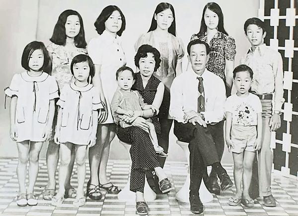林俊喜(前排右)在年幼时拍的全家福;他在9个兄弟姐妹中排行第8。