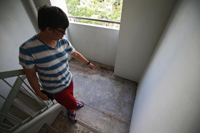 陈耀发说,男子在楼梯处拉屎被他撞见,慌忙拉上裤子逃跑。