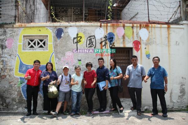 罗明亮(左起)、戴蕾珍、吴若冰、吴君燕、杨荔云、许家勋、张森兰、蔡来成及周振鸿在壁画前。