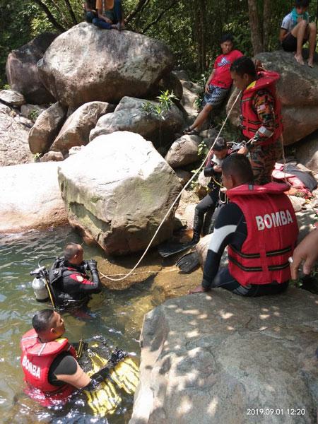 关丹蛙人队到瀑布展开搜救工作。