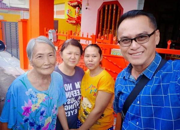 黄玟发(右)于1年前协助颜新华(左)从佛堂搬进随娘老人安居所,她当时心里特别欢喜。
