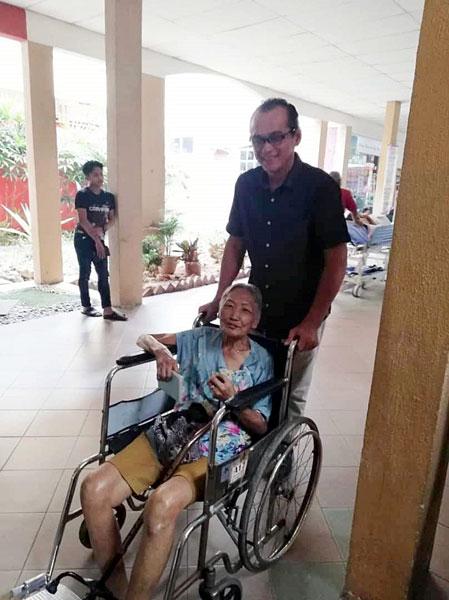 颜新华曾数度进出医院,黄玟发(站者)亲自接送。