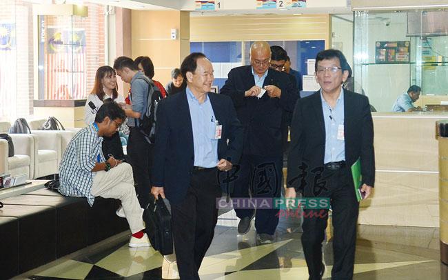 慕尤丁(右2起)和陈大锦握手致意;左起为杨应俊及罗志昌。