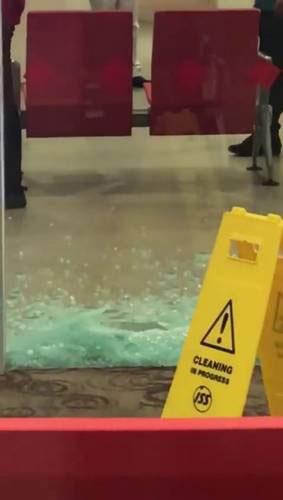 黄廷方综合医院一诊所内的玻璃墙,周一下午突然碎裂,现场留下玻璃碎片,院方则放置告示牌封锁现场。(Stomp)