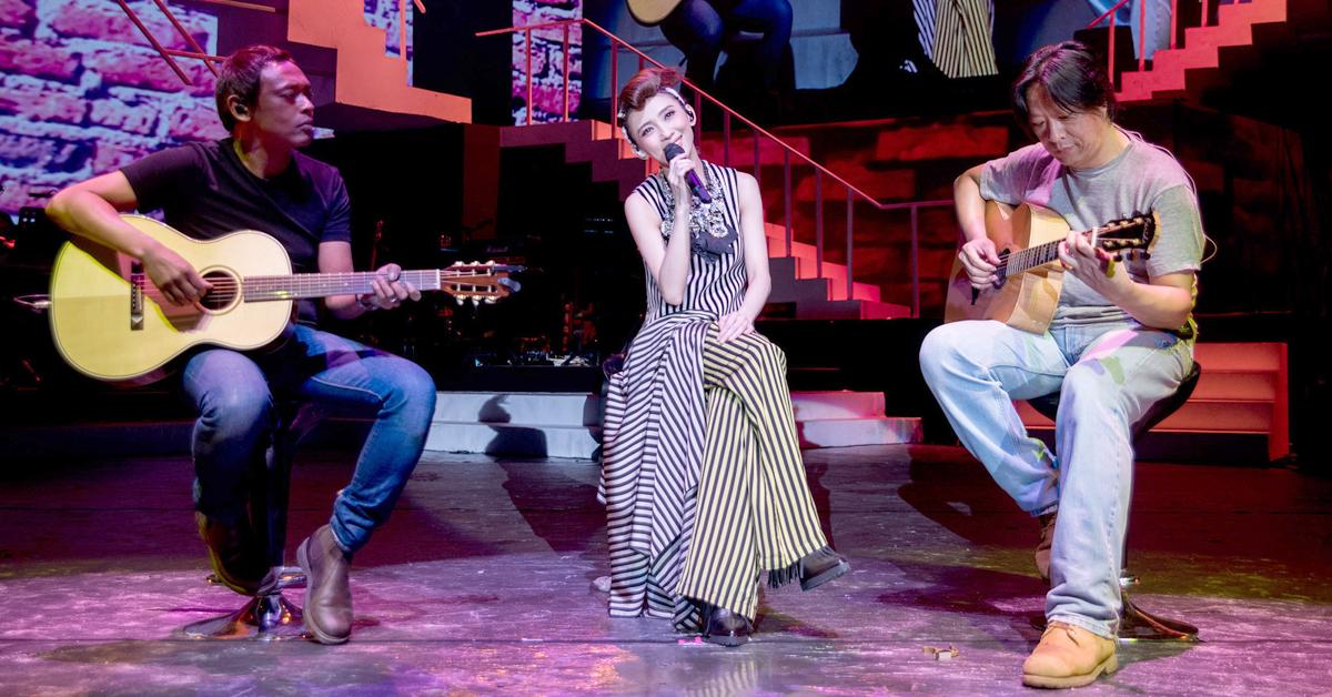 Aji(左)曾担任戴佩妮《贼》演唱会上海站的吉他手。