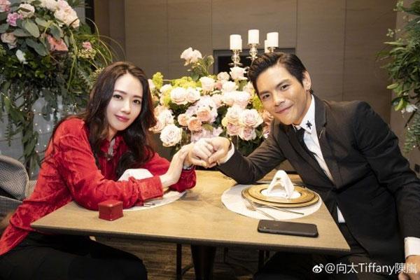 郭碧婷(左)3月接受男友向佐(右)的求婚。(翻摄自微博)