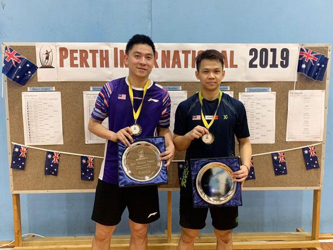 前国手陈文宏(右)搭档谢俊康夺取澳洲柏斯国际赛男双冠军。