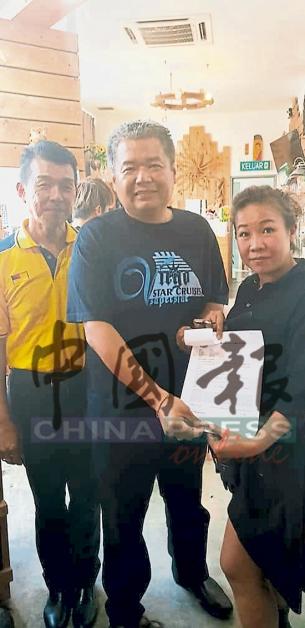 林民坡(左起)与许金水向接到来电的商家了解情况,并展示报案书。