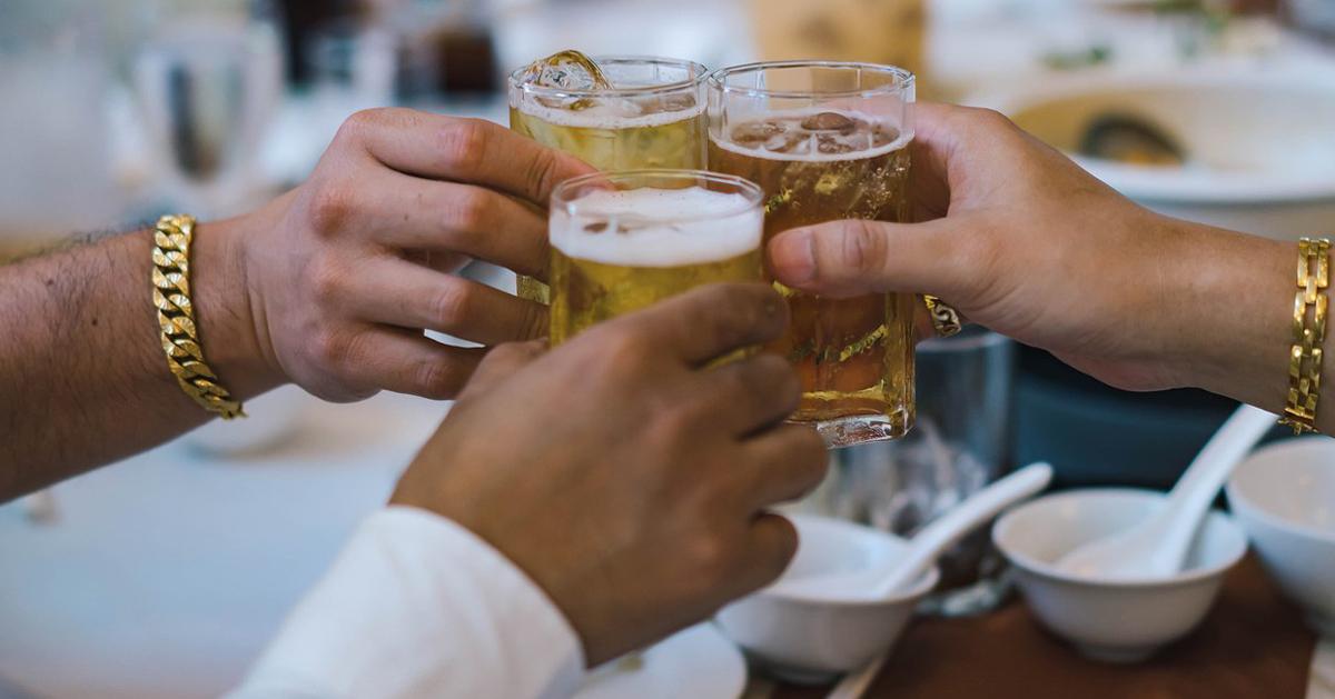 """男子酒喝醉了都没上过一次厕所,隔天起来腹痛不已,结果被诊断是因为憋尿造成""""膀胱炸裂""""。"""