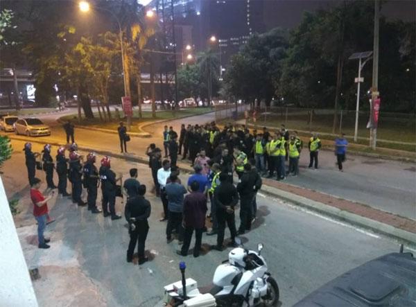 150名警员和联邦后备部队严阵以待。