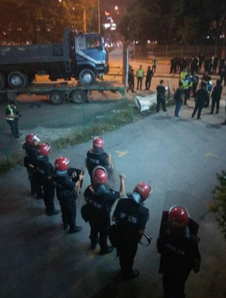 联邦后备部队警员一字排开,防止有人骚乱。