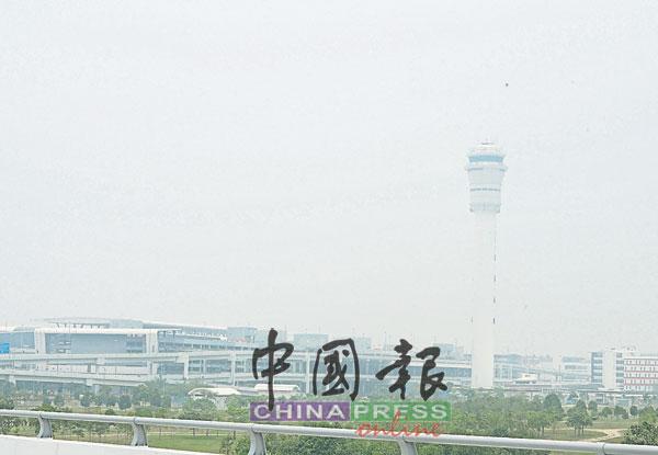 位于雪邦的吉隆坡国际机场的控制塔,被烟霾笼罩着。