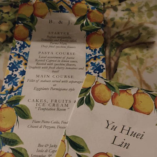 菜单上印有向佐及郭碧婷的英文名字。