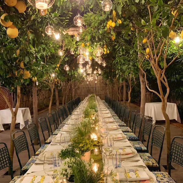 向佐与郭碧婷在意大利卡布里岛的柠檬树下办婚宴。