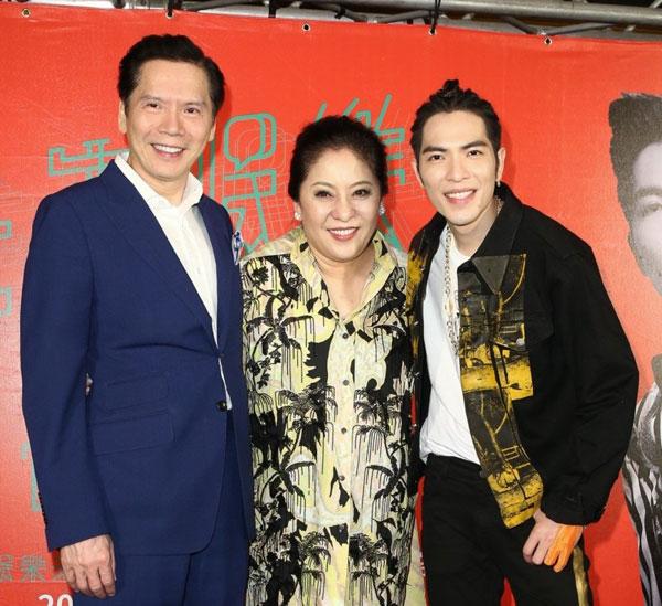 萧敬腾(右)是向华强(左)与向太(中)的干儿子。