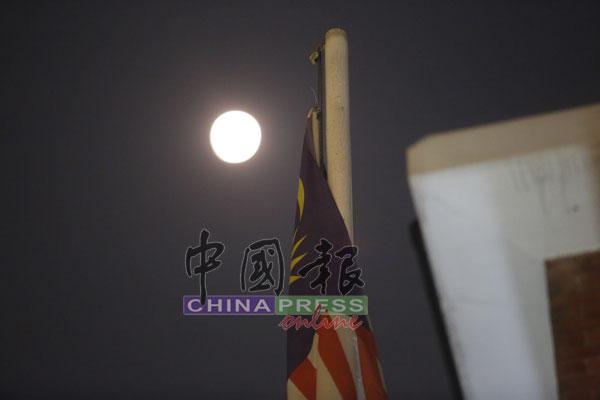 今年最小满月 隆上空中秋月亮探头