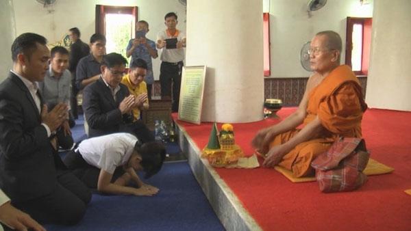 女学生与副院长、呵叻府首长等,向高僧道歉。
