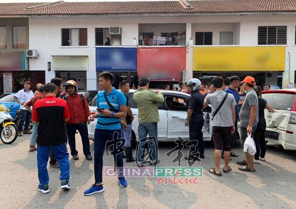 网民拍下意外后出现小骚乱场面,再把照片及视频上载至互联网。