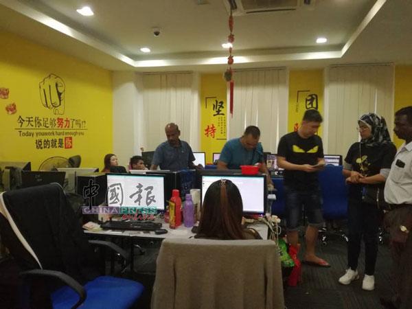 网络赌博集团租店铺单位当呼叫中心,最终遭警捣毁,共14人落网。