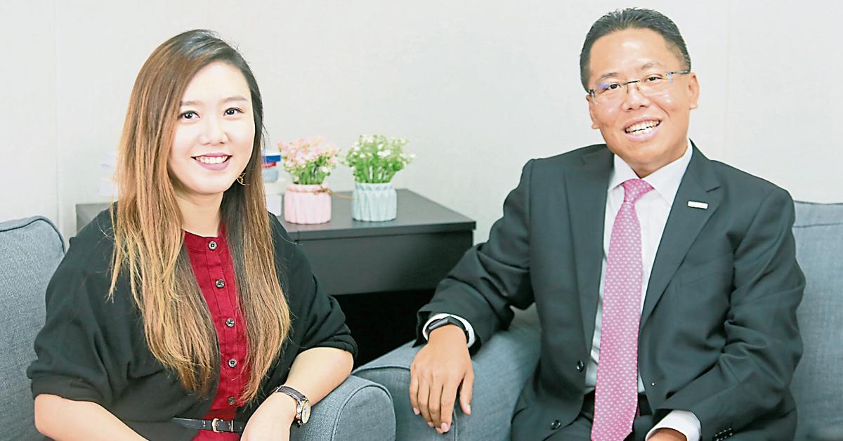 马迪(右)在《中国报》接受财经组主任吴俐莹的访问。