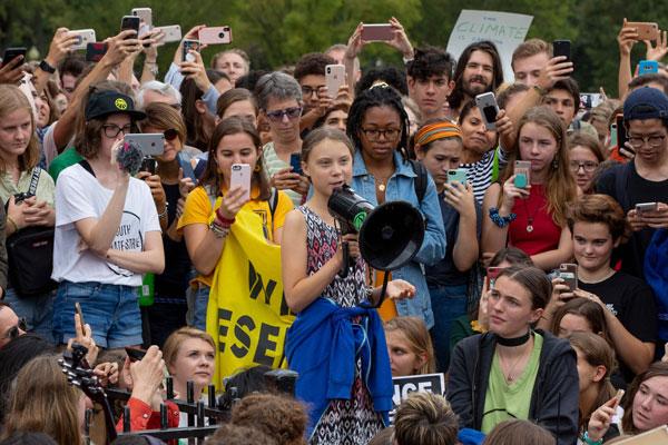 """桑柏格告诉白宫外众多支持者:""""永不放弃""""。"""