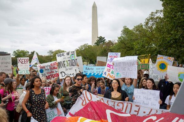 数百名以年轻人居多的民众聚集在白宫外。