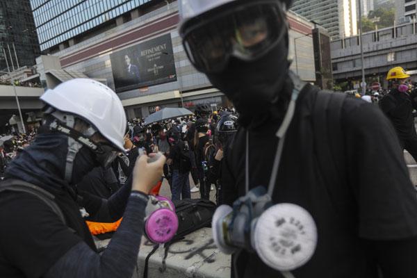"""示威者""""全副武装"""",在金钟一带集结。"""