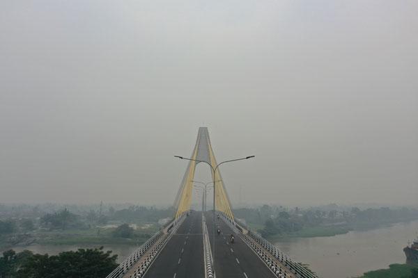 高空航拍图显示,印尼北干巴鲁被烟霾笼罩,天空灰蒙蒙一片。 (法新社)