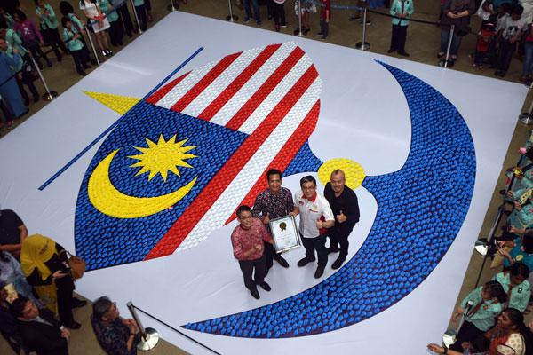"""庄诒钧(左2起)在拉昔迪见证下,从黄枫伟手中接领""""马来西亚记录大全""""证书。右为黄汉强。"""