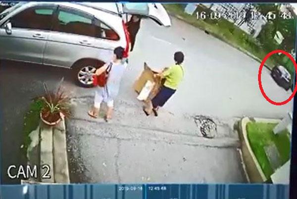 匪徒乘车在住家范围内物色猎物。