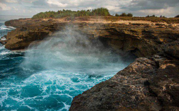 游客屡被巨浪卷走 峇厘岛暂关闭蓝梦岛