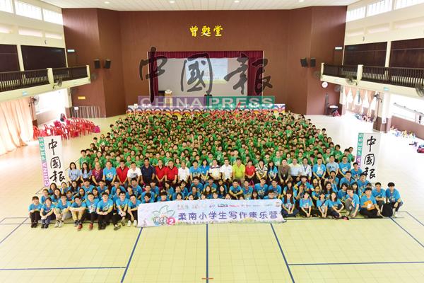 """""""撒种2柔南小学生写作康乐营""""开幕礼的壮观场面。"""