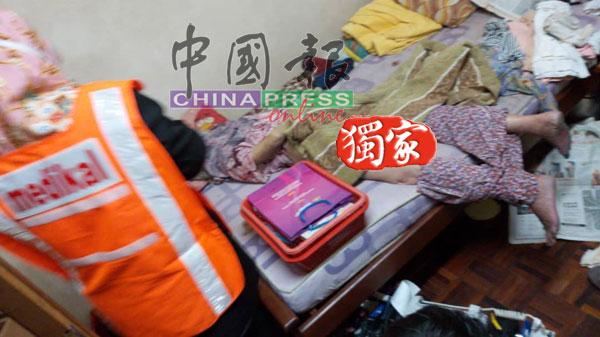 死者遗体被发现时是伏尸在床上,其裤子则遭扯至膝盖处。