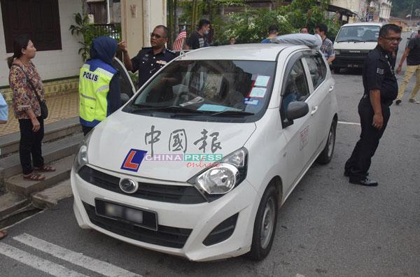 张森兰(左)向警方提供有关死者的资料。