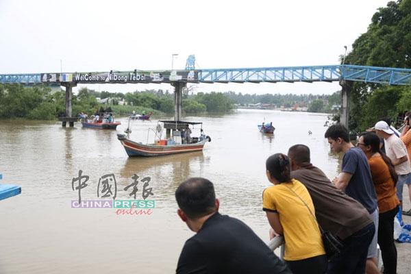 高渊吉辇河传出坠河意外后,河畔上挤满到来的民众。