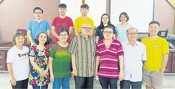 瓜拉庇劳基督教卫理公会订于本月28日举行设教90周年庆典,前排右起为华维国、董德财、谢文虎及林上泉牧师等。