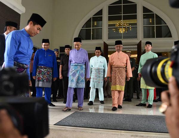 法力拉菲(后排中青衣者)陪同苏丹阿都拉(右2)及马哈迪(左3)走出国家王宫祈祷室。