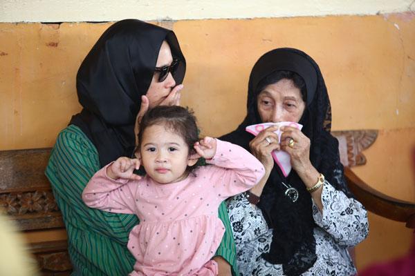 西蒂哈丝玛(右起)按捺不住流泪时,使用法拉莎扎哇妮(左起)2岁大女儿所递上毛巾擦眼泪。