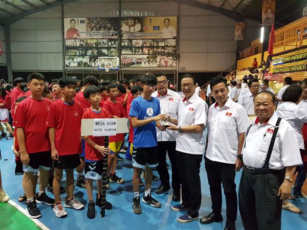 刘华才(右3)颁发纪念品予参赛队伍,右起拿督叶攸河、胡栋强及叶运兴。