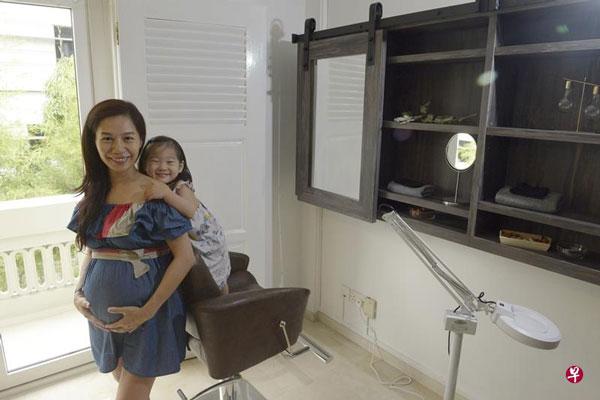 48岁的邱丽丽(译名)三年前到新山求医,通过人工受孕生下女儿,目前以同样方式怀上第二胎。(海峡时报星期刊)