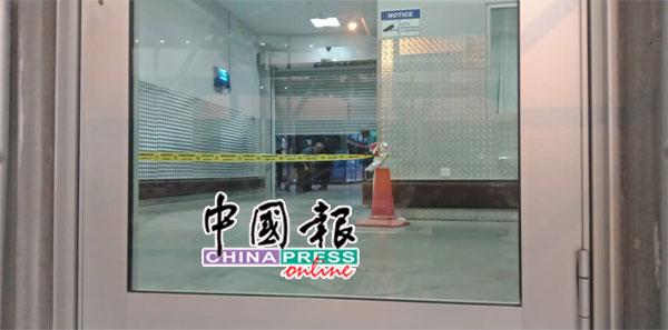 从门外望入,可看到警员在现场拉起警戒线进行调查工作。