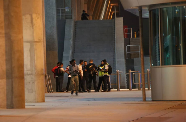 警方完成现场的调查工作,准备收队。