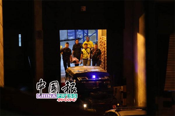 警方将嫌犯遗体送往医院解剖。