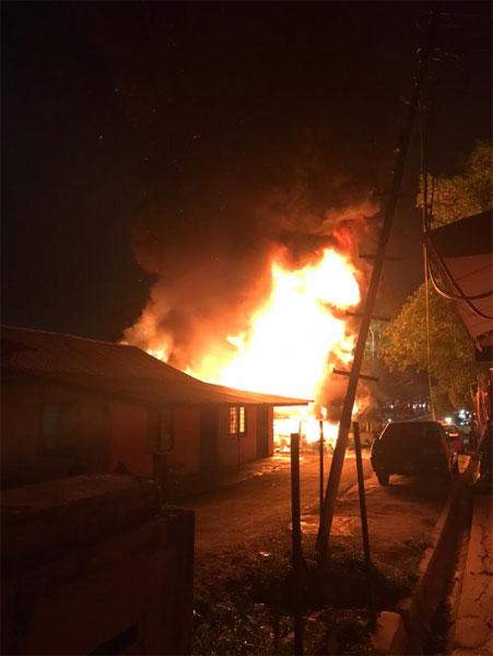 隆市甘榜泗岩沫中部夜晚发生火灾,烧毁4间民宅。