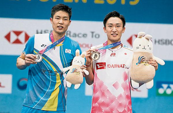 桃田贤斗(右)击败周天成,夺得韩国赛男单冠军。(欧新社)