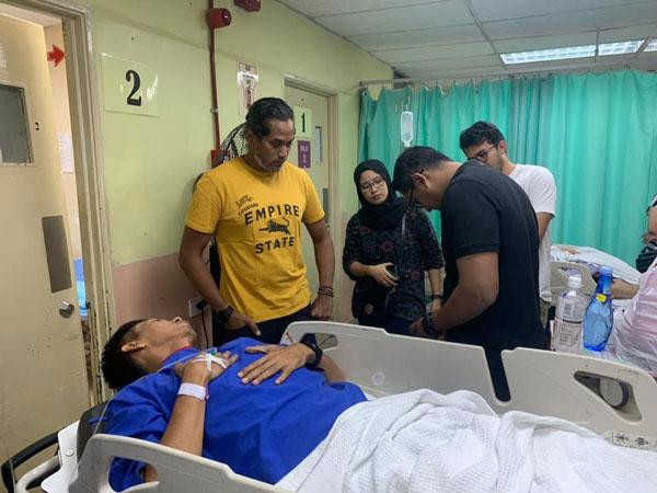 伤者在医院等待手术期间,获凯里(站者左)前往医院探望及了解其伤势。